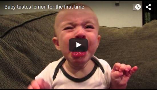 Baby isst zum ersten Mal eine Zitrone